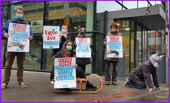 Demonstration vor der ExxonMobil-Zentrale in Hamburg